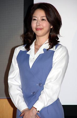 ショムニの制服で微笑み前で手を組む堀内敬子